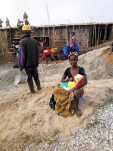 Woman die een haar kind verzorgd